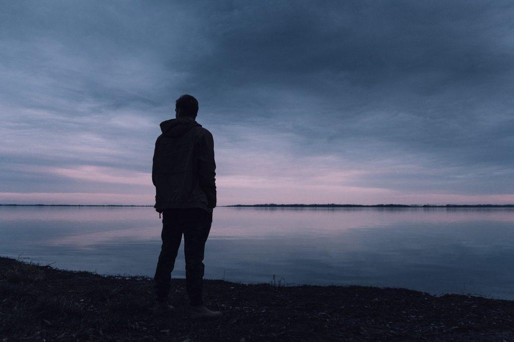 Persona sola mirando el mar