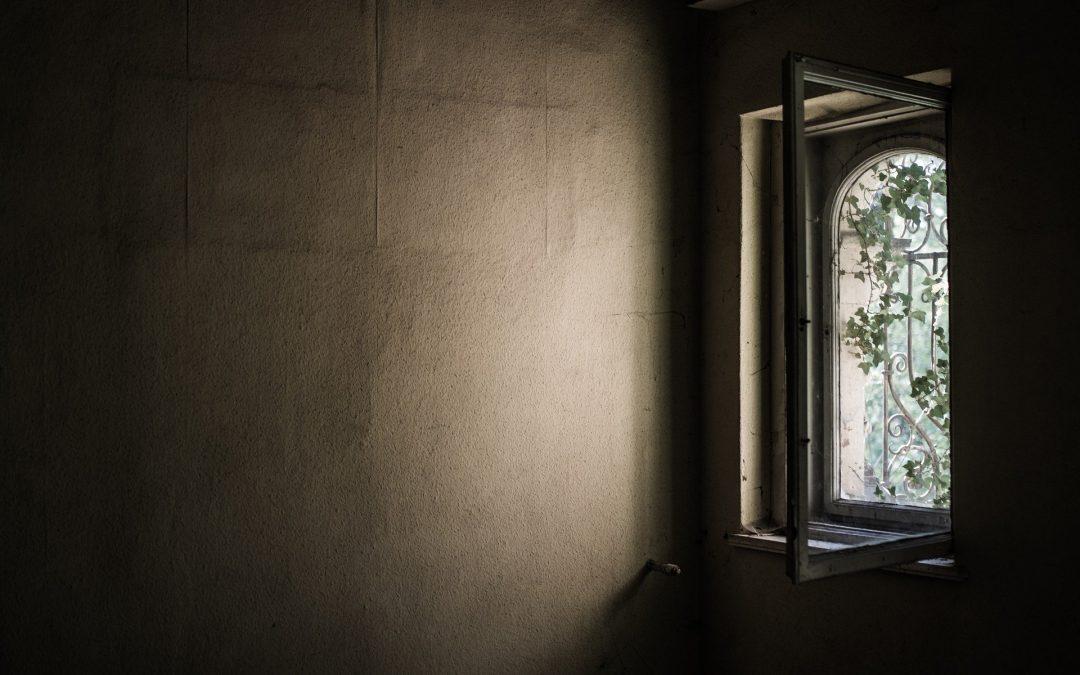 Sala oscura con luz débil que entra por una ventana
